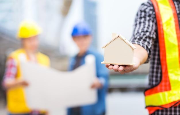 Casa ou modelo de casa com o trabalho em equipe de sucesso do engenheiro civil