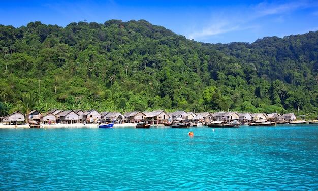Casa pelo mar moken nas ilhas de surin em tailândia.