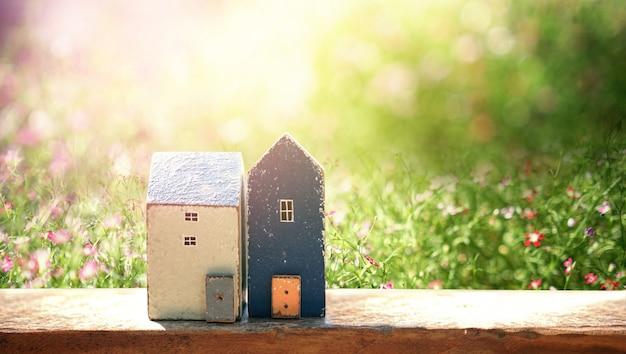 Casa pequena com sol. conceito de casa amigável de eco
