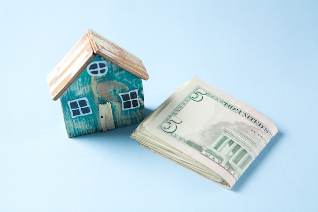 Casa pequena e dinheiro na mesa