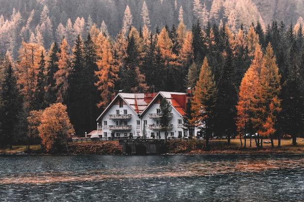 Casa perto de corpo de água e floresta