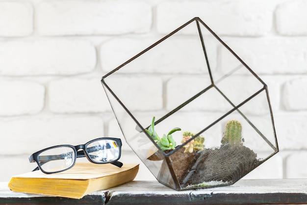 Casa plantas em vasos na mesa branca na parede de tijolo branco com objetos