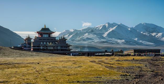 Casa preto e branco perto de montanhas sob o céu azul