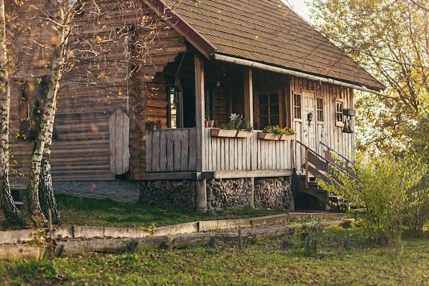Casa, rancho, em uma bela floresta de outono