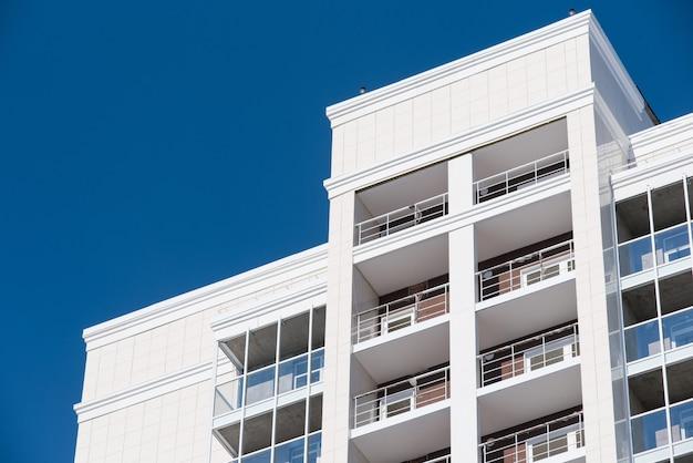 Casa residencial de vários andares no fundo do céu azul