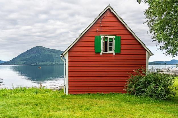 Casa rural na costa do fiorde marítimo, vila de rosendal