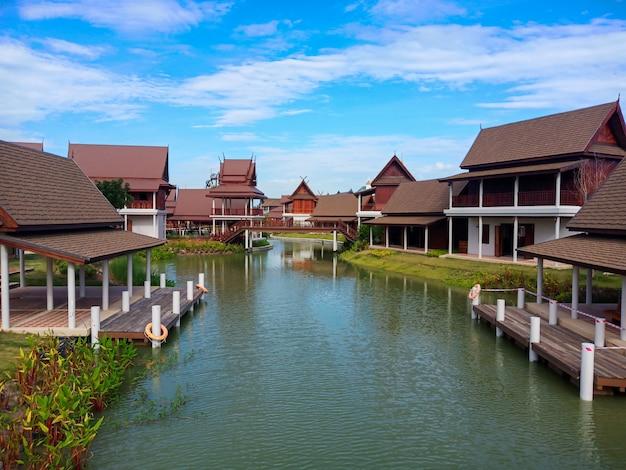 Casa tradicional estilo tailandês com nuvem