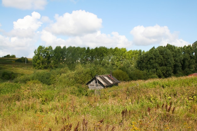 Casa velha assombrada abandonada de madeira