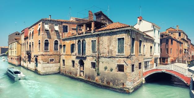 Casa velha e uma ponte no centro de veneza na itália