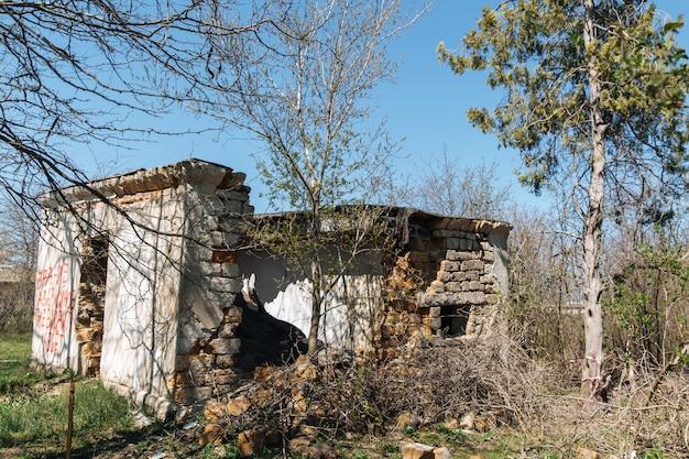 Casa velha em ruínas contra o céu azul
