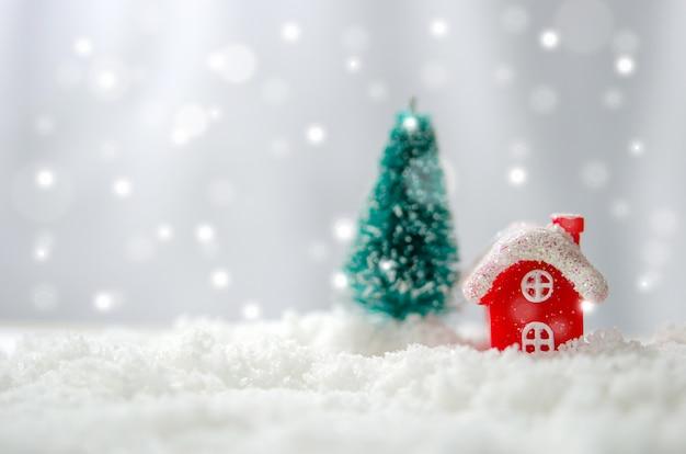 Casa vermelha e árvore de natal