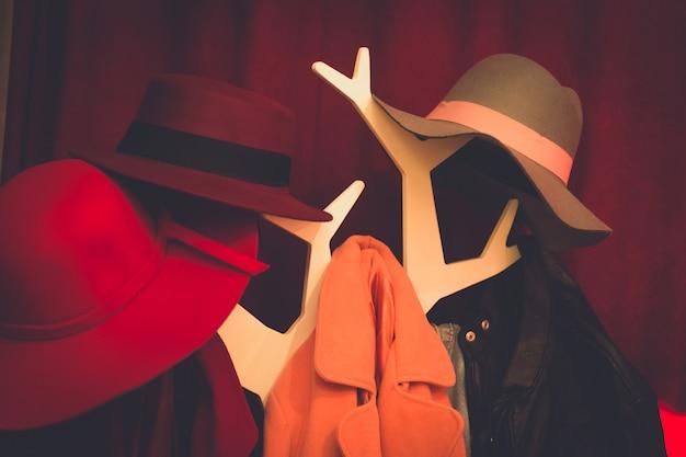 Casacos e chapéu pendurado no cabide