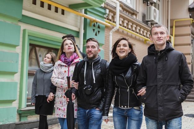 Casais alegres andando na rua