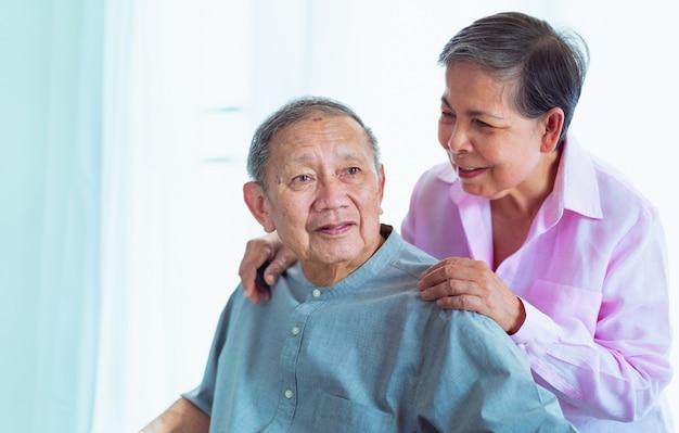 Casais asiáticos sênior felizes apoiam-se, foco seletivo