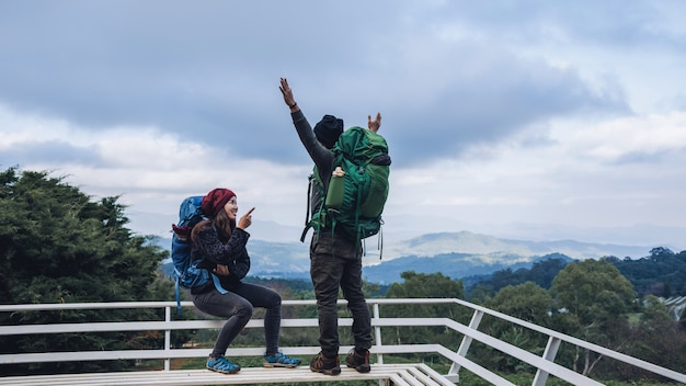 Casais asiáticos viajam natureza nas montanhas no inverno.