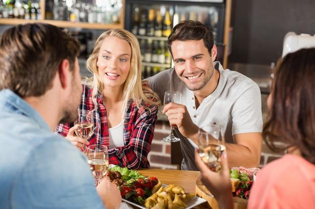 Casais bebendo vinho branco