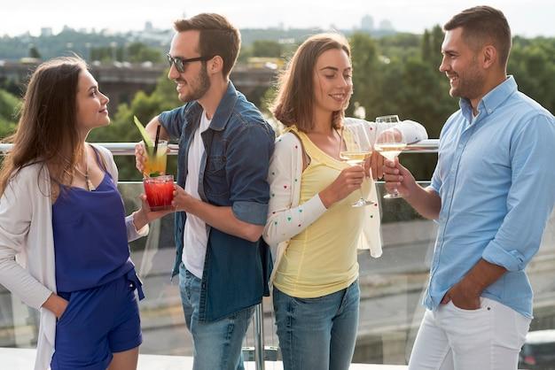 Casais brindando em uma festa no terraço
