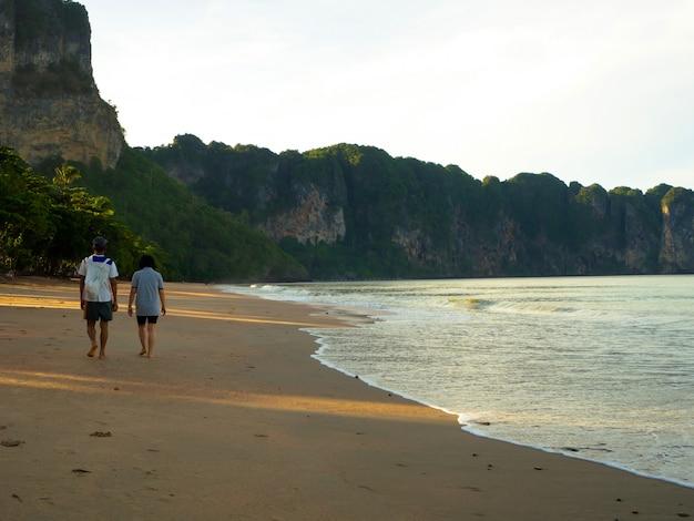 Casais caminhando na praia