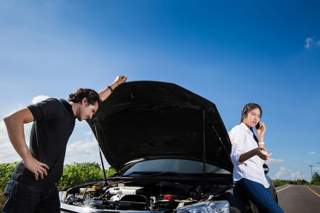 Casais carro quebrado no caminho quem é seguro de telefonema