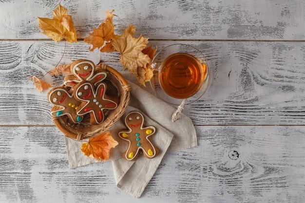 Casais caseiros de gengibre de natal na mesa de madeira