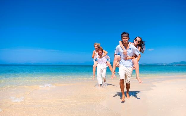 Casais caucasianos na praia