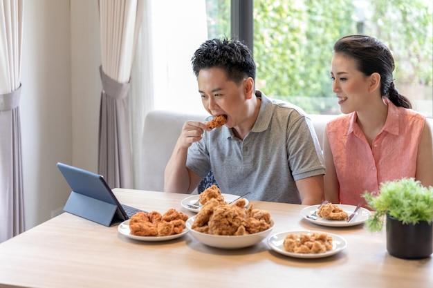 Casais comendo juntos