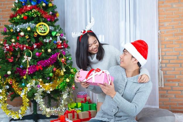 Casais curtindo com presente de natal