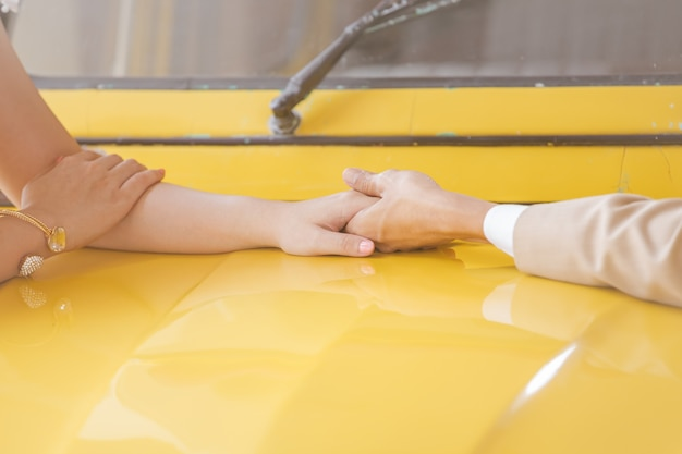 Casais de mãos dadas juntos, simboliza o casamento do casal usar as ilustrações