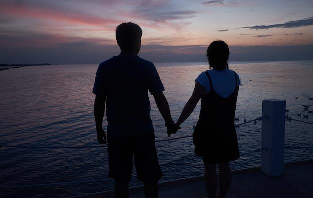 Casais de mãos dadas juntos