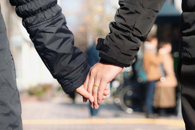 Casais de mãos dadas na temporada de inverno