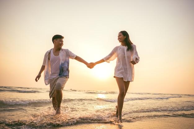 Casais de mãos dadas praia brincadeira feliz