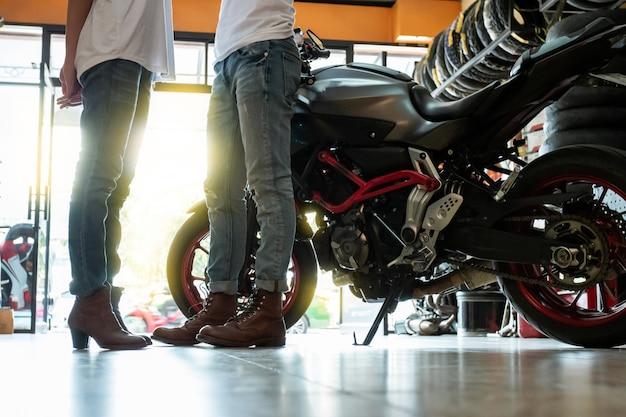 Casais de motoqueiros durante a preparação de viagens
