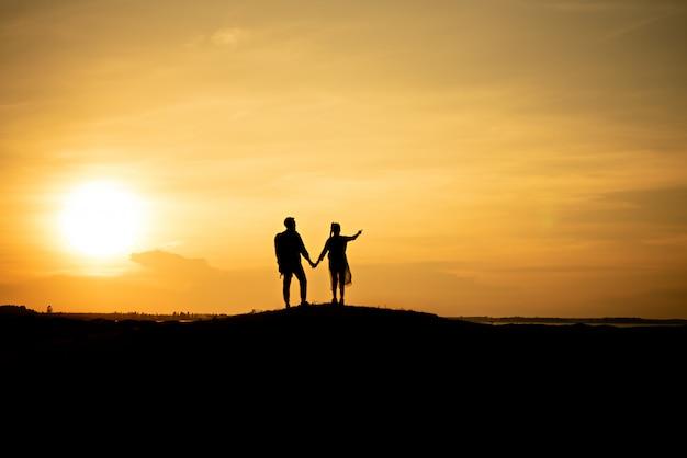 Casais de viajante de silhueta andando