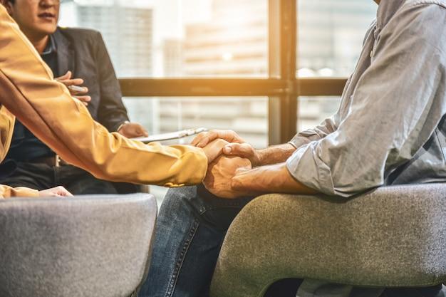 Casais discutindo problemas familiares com um psiquiatra.