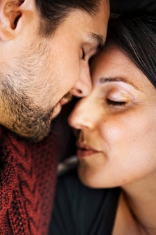 Casais esfregando o nariz