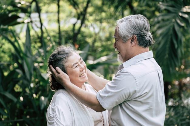 Casais idosos dançando juntos