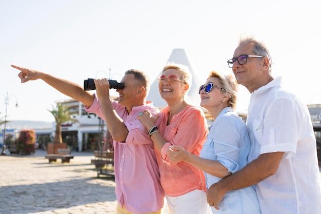 Casais idosos olhando para longe