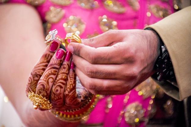Casais indianos mostram anéis de noivado