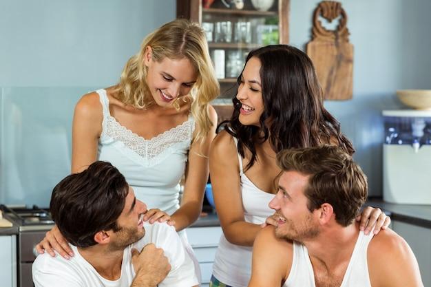 Casais jovens, passar o tempo de lazer em casa