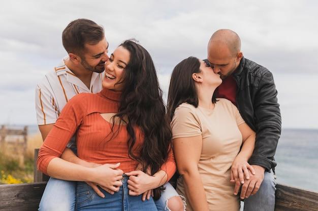 Casais jovens se beijando