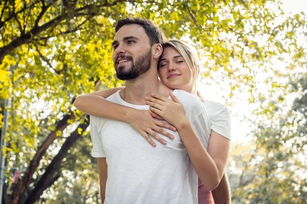 Casais mostram amor um ao outro no parque.