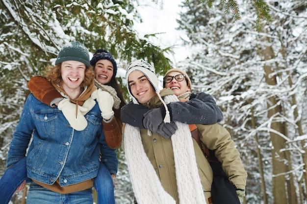 Casais na bela floresta de inverno