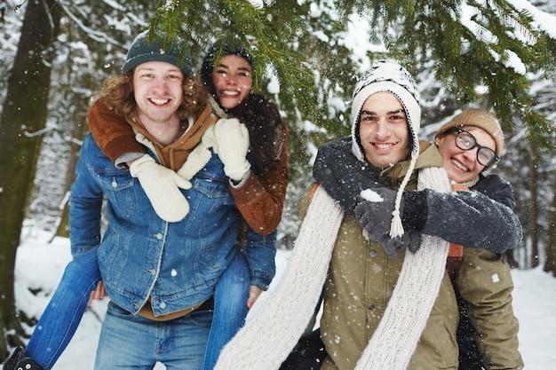 Casais na floresta de inverno nevado