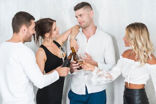 Casais que bebem álcool