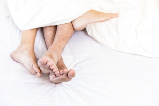 Casais sensuais jovens na cama
