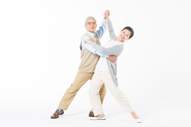 Casais velhos felizes dançando isolado