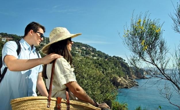 Casal à beira-mar curtindo as férias