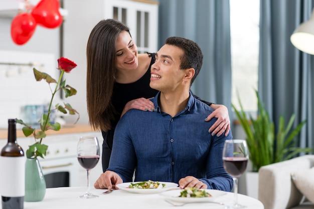 Casal a jantar juntos no dia dos namorados