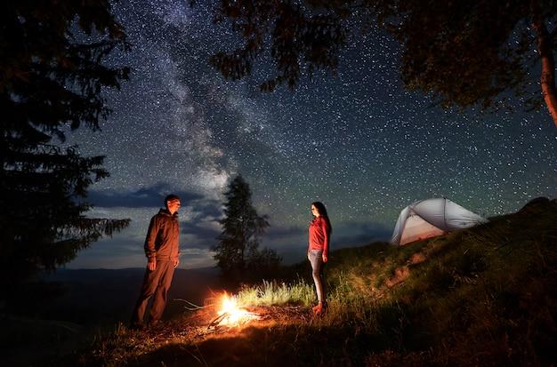 Casal à noite no acampamento