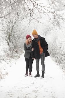 Casal a passar tempo juntos e caminha na neve